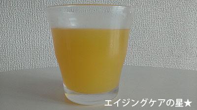 野菜生活100 Peel&Herb レモン・レモングラスミックスをグラスに注いだところ